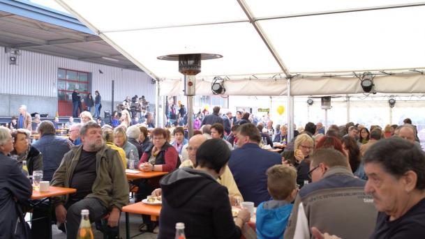 Über 1000 Sitzplätze in Biergarten und Zelt