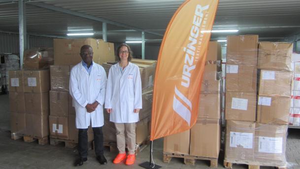 Schicken kistenweise Bettwäsche im Wert von 8000 Euro für den guten Zweck nach Ghana: Kwame Abrefa-Busia, Präsident der Ghana Community Niederbayern, und Geschäftsführerin Claudia Urzinger-Woon.
