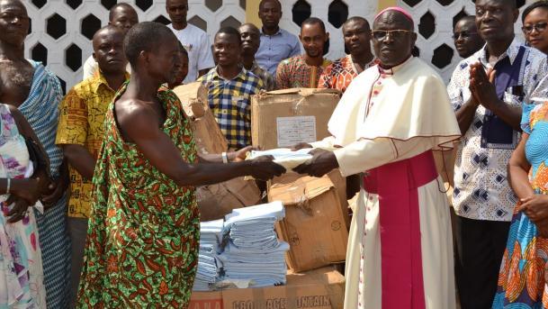 Alex Adu Gyasi bei der Übergabe der von Urzinger Textilmanagement gespendeten Kisten mit Krankenhauswäsche an den Bischof der Wenchi Methodist Church, RT. Rev. Fred Ansuh